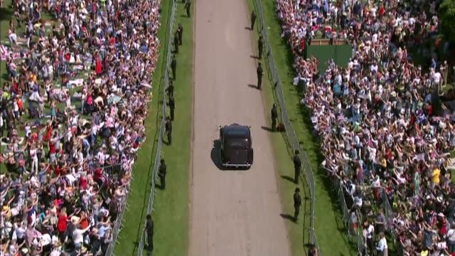 royal wedding of prince harry and meghan markle: itv news special 1125 - 1225; england: berkshire: windsor: ext various shots - including high angle... - ロールスロイスシルバーファントム点の映像素材/bロール
