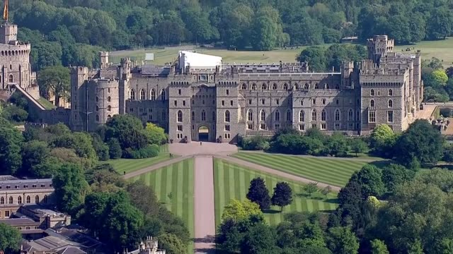 royal wedding of prince harry meghan markle itv news special ceremonial feed 0910 1010 england berkshire windsor windsor castle and crowds gathered... - windsor castle stock videos & royalty-free footage