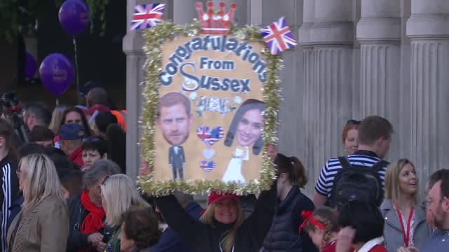 royal wedding of prince harry meghan markle: itv news special ceremonial feed: 0910 - 1010; england: berkshire: windsor: ext crowds in windsor town... - guest stock videos & royalty-free footage