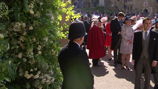 vídeos de stock, filmes e b-roll de royal wedding of prince harry meghan markle itv news special ceremonial feed 0910 1010 england berkshire windsor windsor castle ext various of... - hóspede
