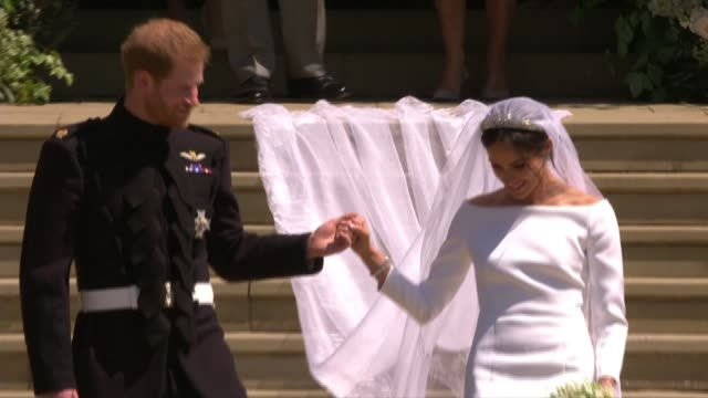 vídeos de stock e filmes b-roll de royal wedding of prince harry meghan markle: itv news special ceremonial feed: 1210 - 1310; england: berkshire: windsor: windsor castle: ext crowd... - casamento