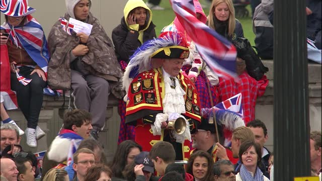 royal wedding of prince william and kate middleton: itv news special ceremonial feed: hd version 0700 - 0800; england: london: ext gvs of crowds... - animal hair stock videos & royalty-free footage