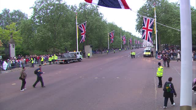 royal wedding of prince william and kate middleton: itv news special ceremonial feed: hd version 0600 - 0700; england: london: westminster: ext... - pull out camera movement stock videos & royalty-free footage
