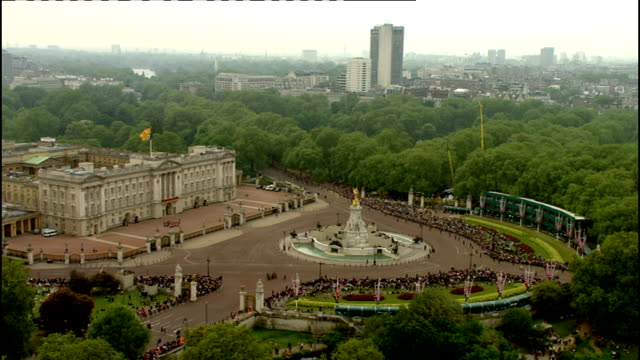 royal wedding of prince william and kate middleton: itv news special pab: 1530 - 1605; ext high view buckingham palace and victoria memorial crowd... - フィリップ スコフィールド点の映像素材/bロール