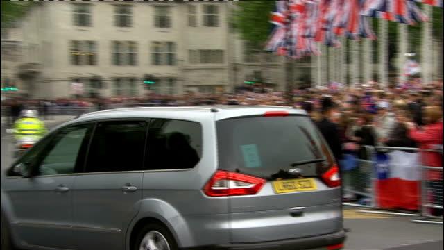 vídeos y material grabado en eventos de stock de royal wedding of prince william and kate middleton itv news special pab 0930 1030 ext cars along julie etchingham and philip schofield - itv