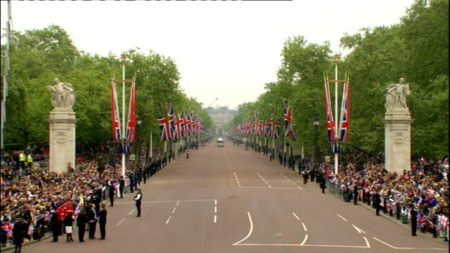 Royal wedding of Prince William and Kate Middleton ITV News Special PAB 1030 1130 ENGLAND London Westminster EXT Minibus along down Mall wedding...