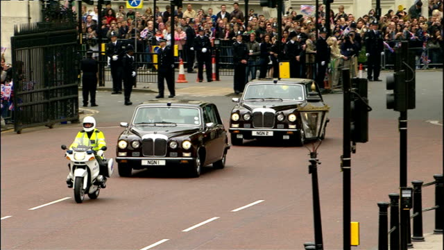 royal wedding of prince william and kate middleton: itv news special pab: 1030 - 1130; ext prince philip and queen elizabeth waving from state car... - königin stock-videos und b-roll-filmmaterial