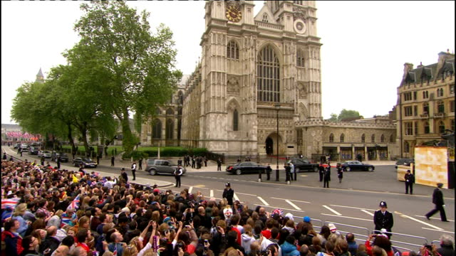 royal wedding of prince william and kate middleton: itv news special pab: 0930 - 1030; **harverson interview overlaid sot** split screen crowd of... - フィリップ スコフィールド点の映像素材/bロール