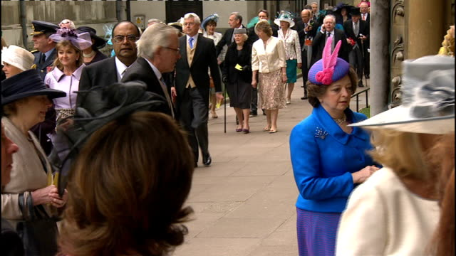 vídeos de stock, filmes e b-roll de royal wedding of prince william and kate middleton itv news special ceremonial feed 0800 0900 int high angle shot guests arriving wedding guests... - hóspede