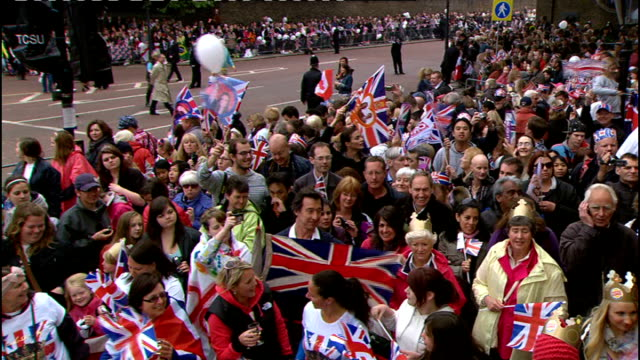 vidéos et rushes de royal wedding of prince william and kate middleton itv news special ceremonial feed 0800 0900 ext wedding guests arriving as big ben heard chiming... - invité de mariage