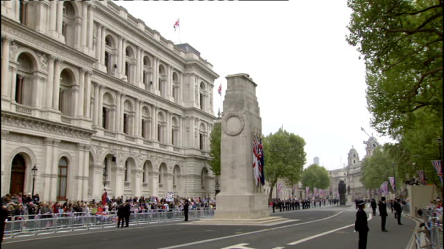 stockvideo's en b-roll-footage met royal wedding of prince william and kate middleton itv news special ceremonial feed 0800 0900 general view of crowds along royal wedding procession... - koninklijk persoon