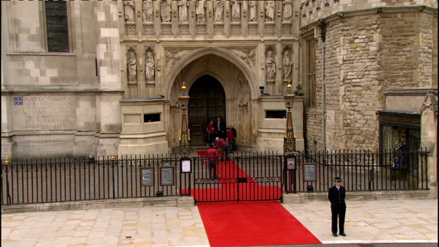 vídeos de stock, filmes e b-roll de royal wedding of prince william and kate middleton itv news special ceremonial feed 0800 0900 royal wedding guests waiting at entrance to westminster... - hóspede