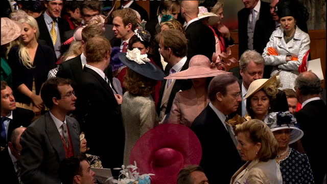 vídeos de stock, filmes e b-roll de royal wedding of prince william and kate middleton itv news special ceremonial feed 0900 1000 **organ music heard over following** more of earl... - hóspede