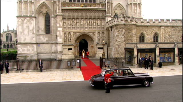 royal wedding of prince william and kate middleton itv news special ceremonial feed 1100 1200 england london westminster abbey ext bridal car arrives... - prinz william herzog von cambridge stock-videos und b-roll-filmmaterial