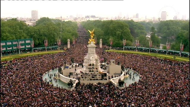 royal wedding of prince william and kate middleton itv news special pab 1330 1430 various of crowds outside buckingham palace and the mall some... - prince william stock videos & royalty-free footage