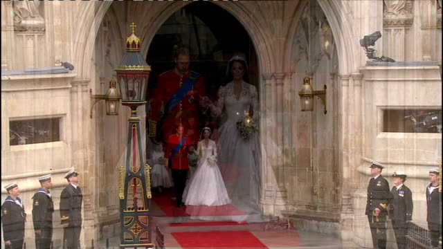 royal wedding of prince william and kate middleton itv news special pab 1130 1230 ext catherine duchess of cambridge and prince william out onto... - wedding stock videos & royalty-free footage