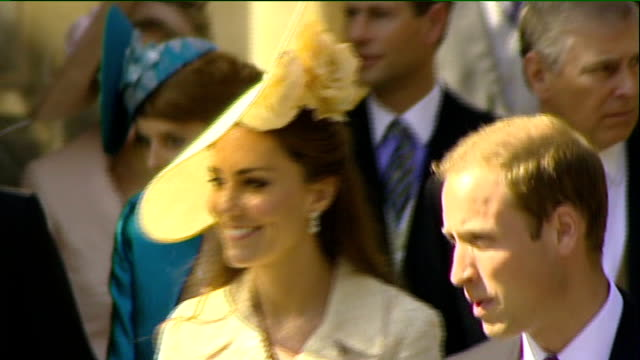 vídeos de stock, filmes e b-roll de royal wedding of zara phillips to mike tindall sporting celebrity wedding guests along outside church including tony mccoy jonny wilkinson martin... - hóspede
