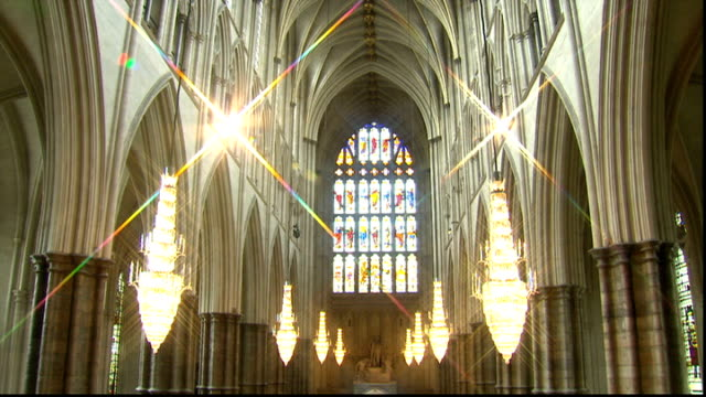vídeos de stock, filmes e b-roll de westminster abbey general views choir rehearsal / interiors / cleaning work gold decorative statue by around organ pipes / high angle view tourists... - pano de pó