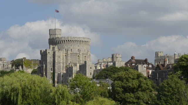 royal windsor castle - schlossgebäude stock-videos und b-roll-filmmaterial