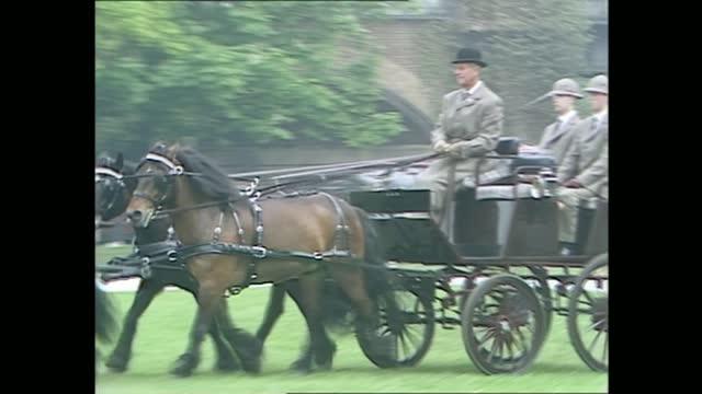 royal windsor horse show: queen and duke of edinburgh; england: berkshire: windsor:extgvs prince philip, duke of edinburgh driving horse and trap ;... - 四輪馬車点の映像素材/bロール