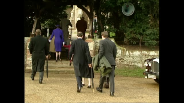 royals attend christmas day service at sandringham england norfolk sandringham ext crowds awaiting arrival of royals at church first card to arrive... - principessa margaret contessa di snowdon video stock e b–roll