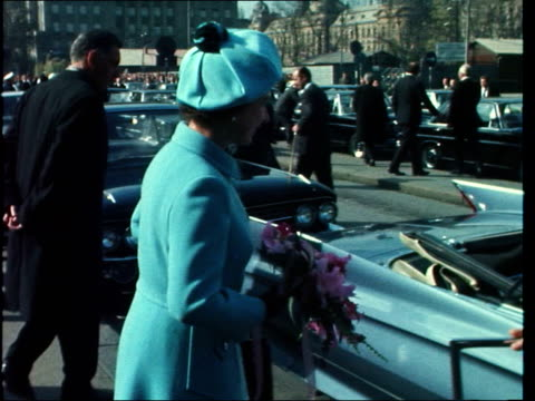 vidéos et rushes de queen visits zagreb:; b) yugoslavia: zagreb: ext gv zagreb main street stalls of market old man with skull cap pull out: pigeons on building queen... - croatie
