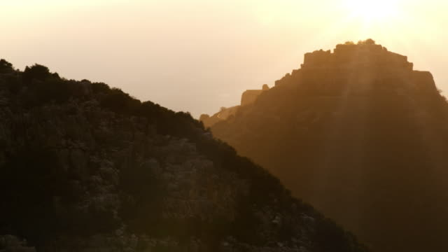 vídeos de stock, filmes e b-roll de royalty free stock video footage of a hazy nimrod fortress shot in israel at 4k with red. - jerusalém