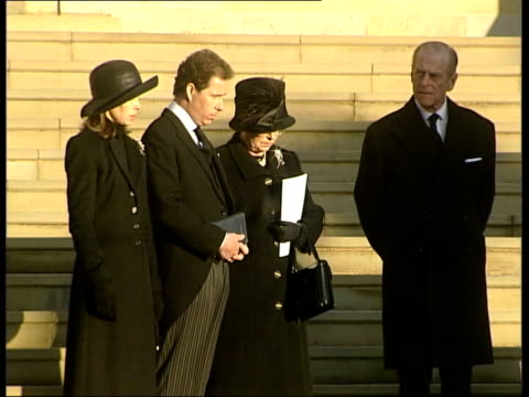 stockvideo's en b-roll-footage met funeral of princess margaret itn england berkshire windsor st george's chapel piper playing lament for princess margaret's funeral as down steps from... - prinses margaret windsor gravin van snowdon