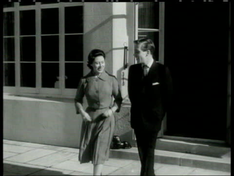 stockvideo's en b-roll-footage met princess margaret obituary lib berkshire windsor princess margaret and antony armstrongjones out onto terrace at the announcement of their engagement - prinses margaret windsor gravin van snowdon