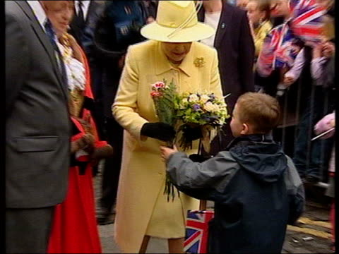 queen's jubilee tour queen mother's will itn county durham darlington cms queen chatting during walkabout pull out as accepts flowers from young boy... - darlington north east england stock videos & royalty-free footage