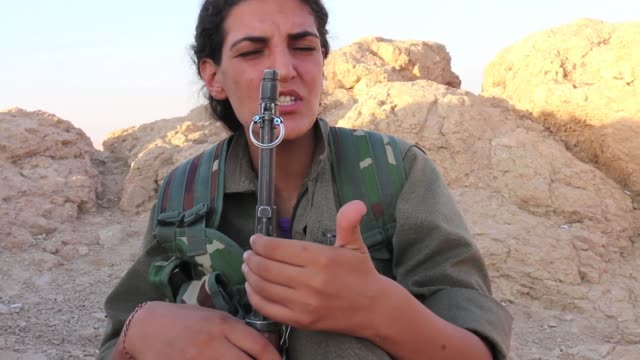 """roza"" [her nom de guerre], a female fighter from the pkk [kurdistan workers' party] talks about isis / speaking from a front-line position in sinjar... - isis beheading stock-videos und b-roll-filmmaterial"