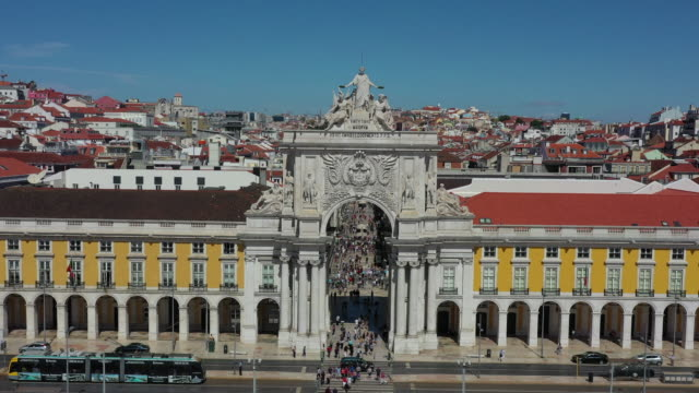 rua augusta arch in praca do comercio (commercial plaza) / lisbon, portugal - arco architettura video stock e b–roll