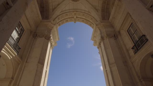 rua augusta monumental arch - arch architectural feature stock videos & royalty-free footage