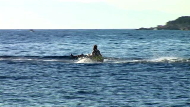 hd :ラバーのボートサーフィン - ツレス点の映像素材/bロール