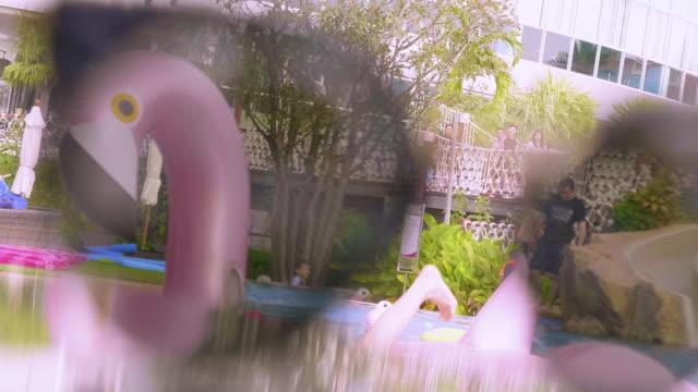 vídeos de stock, filmes e b-roll de com patinhos de borracha flutuando em uma piscina - animal de brinquedo