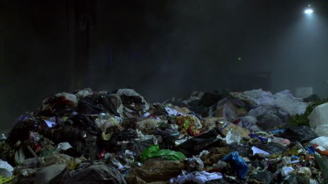 rubbish appears to steam - sopsäck bildbanksvideor och videomaterial från bakom kulisserna
