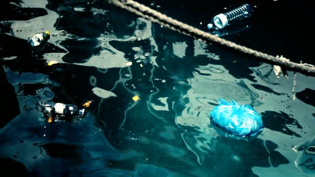 vídeos de stock e filmes b-roll de lixo no mar - indústria petrolífera
