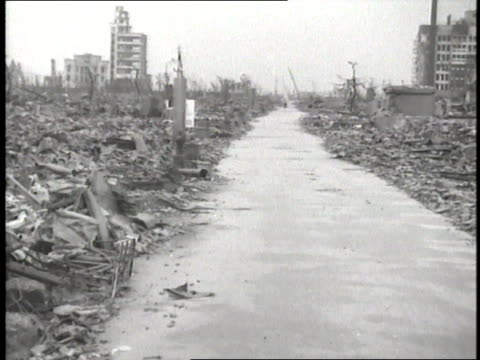 rubble and debris remain after the atomic bomb hits hiroshima japan - 1945点の映像素材/bロール