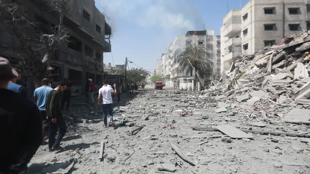 stockvideo's en b-roll-footage met rubble of a building that was destroyed in an israeli airstrike in gaza, palestine, on may 16, 2021. - israël