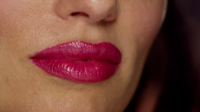 vídeos de stock, filmes e b-roll de ruby lips & brown eyes - batom rosa