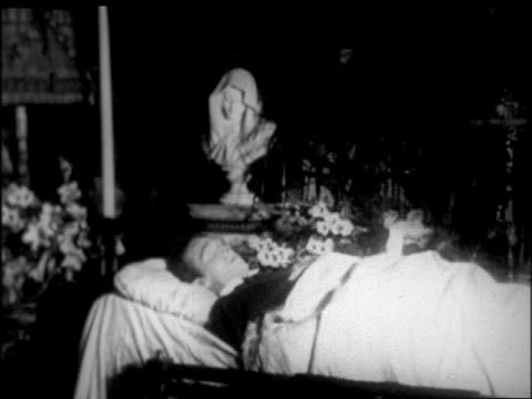 rudolph valentino lying in state in campbell's funeral home / nyc / newsreel - pompe funebri video stock e b–roll