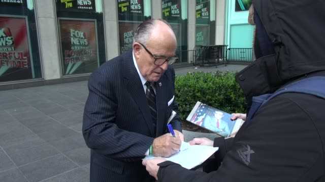 stockvideo's en b-roll-footage met rudy giuliani at 'fox & friends', signs for fans while talking politics on april 05, 2016 in new york city. - beroemdheden gespot