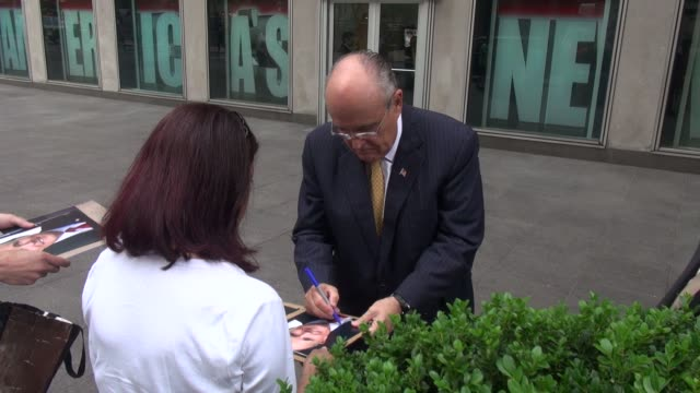 stockvideo's en b-roll-footage met rudy giuliani exits the fox & friends show and greets fans - celebrity sightings in new york on july 01, 2014 in new york city. - beroemdheden gespot