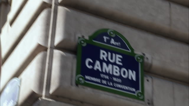 vídeos de stock, filmes e b-roll de cu, td, rue cambon sign on wall, paris, france - placa de nome de rua