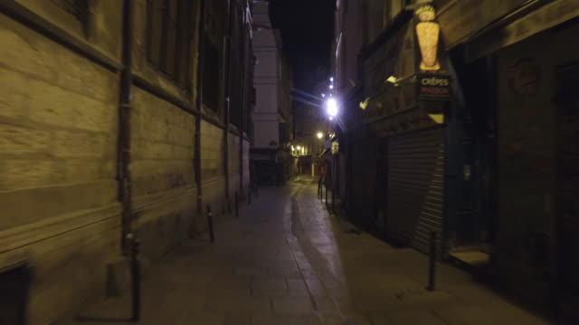 rue de la huchette at 11:00 p.m. on a thursday evening, with bars and restaurants closed, without traffic and without, 75005 paris. april 30, 2020 in... - point of view stock videos & royalty-free footage