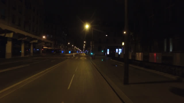 vidéos et rushes de rue de rivoli with only one car and without people.april 30, 2020 in paris, france. - plan en travelling