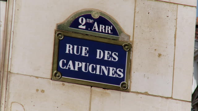 vídeos de stock, filmes e b-roll de cu, rue des capucines sign on wall, paris, france - placa de nome de rua