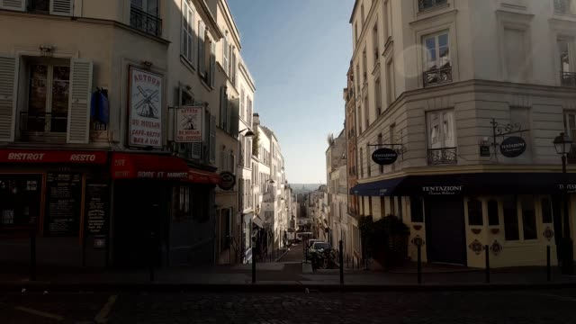 rue tholozé in montmartre during lockdown - diminishing perspective stock videos & royalty-free footage