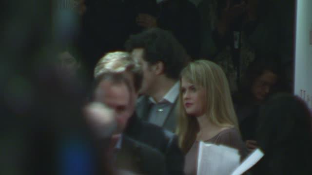 vídeos de stock, filmes e b-roll de rufus sewell and guest at the 'the holiday' premiere at ziegfeld theatre in new york new york on november 29 2006 - o amor não tira férias título de filme