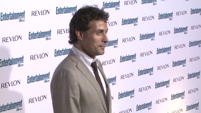 rufus sewell at the entertainment weekly 6th annual pre-emmy party at los angeles ca. - エミー賞前夜祭パーティー点の映像素材/bロール